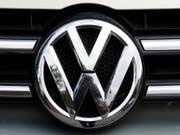 VW tritt wegen der Elektromobilität noch stärker auf die Kostenbremse und will weitere Milliarden sparen. (Bild: KEYSTONE/AP/MARKUS SCHREIBER)