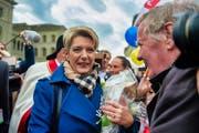 Die frisch gewählte Bundesrätin Karin Keller-Sutter geht auf dem Bundesplatz in Bern auf Tuchfühlung mit der Bevölkerung. (Bild: Benjamin Manser)
