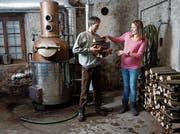 Marcel und Natalia Kretz beim Destillateur, welcher vor 30 Jahren eingebaut worden ist. (Bild: Stefan Kaiser, Rotkreuz, 5. Dezember 2018)