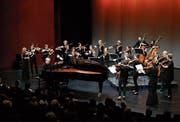 Sie harmonieren bestens miteinander: Pianosolist Marc-André Hamelin und die Amsterdam Sinfonietta im Theater Casino Zug. (Bild Stefan Kaiser, 5. Dezember 2018)