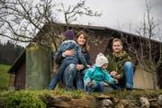 Daniela und Ueli Gabriel mit ihren beiden Kindern (2 und 6) auf ihrem landwirtschaftlichen Betrieb. Bild: Dominik Wunderli (5. Dezember 2018)