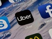 Der Fahrdienstvermittler Uber lässt seine selbstfahrenden Autos wieder auf die Strasse. Nach einem tödlichen Unfall hatte man sie vorübergehend aus dem Verkehr gezogen. (Bild: KEYSTONE/AP/MARTIN MEISSNER)