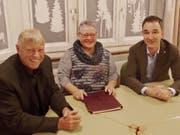 Markus Haag, neuer Präsident der Seelsorgeeinheit (links), Marlis Kaufmann, Präsidentin des katholischen Kirchenverwaltungsrats Wattwil und der scheidende Präsident Gregor Menzi. (Bild: PD)