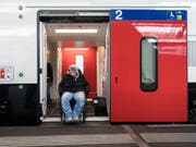 Über drei Milliarden Franken sollen bis 2023 investiert werden, um bei rund 580 Bahnhöfen mit einem niveaugleichen Einstieg dem Behindertengleichstellungsgesetz Rechnung zu tragen. (Bild: KEYSTONE/ENNIO LEANZA)