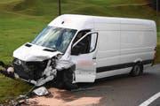 ...kollidierte dort mit einem Lieferwagen. (Bilder: Kapo)