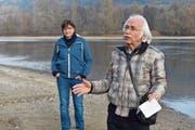 Friedrich Zogg vom Verein Pro Rheinufer erläutert die Revitalisierungspläne. Die Initiantin Barbara Job hört zu. (Bilder: Thomas Güntert)