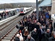 Die grenzüberschreitende Bahnstrecke zwischen Delle und Belfort wird am kommenden Sonntag nach 26 Jahren wiedereröffnet. Für die offizielle Einweihung fanden sich am Donnerstag zahlreiche Gäste im Bahnhof von Delle ein. (Bild: KEYSTONE/BIST/ROGER MEIER)