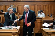 Bundesrat Johann Schneider-Ammann (rechts) verabschiedet sich von Thomas Hefti (FDP-GL) nach seinem letzten Auftritt im Ständerat während der Wintersession der Eidgenössischen Räte. (Bild: Keystone/Peter Klaunzer, (Bern, 6. Dezember 2018))