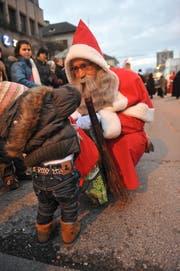 Ein Samichlaus verteilt Leckereien an Kinder. (Bild: Susann Basler)
