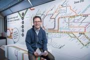 Samuel Keiser, 42-jährig, vor dem Endergebnis jahrelanger Arbeit: dem neuen Liniennetz-Plan der Verkehrsbetriebe St.Gallen. (Bild: Urs Bucher)