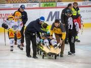 Carl Klingberg wird nach seiner Verletzung auf der Bahre abtransportiert (Bild: KEYSTONE/MARCEL BIERI)