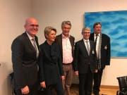 Das erste Familienbild nach der Bundesratswahl: Karin Keller-Sutter mit ihrem Ehemann Morten (links) und ihren drei Brüdern Bernhard, Rolf und Walter (Jesy). (Bild: PD)