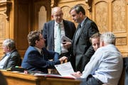 CVP-Präsident Gerhard Pfister (stehend rechts) diskutiert mit den SVP-Nationalräten Albert Rösti (sitzend links) und Gregor Rutz während der Wintersession im Nationalrat. (Bild: Keystone/Alessandro della Valle (Montag, 3. Dezember 2018))