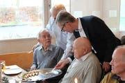 Die Mitglieder des Rotary Club servieren den Rentnern Canapés. (Bild: Hugo Berger)