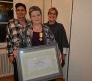 Den langjährigen Mitgliedern wurde eine besondere Ehre zuteil – Karin Zurfluh (von links) blickt auf 20 Jahre, Maria Gamma auf 50 Jahre und Marlis Gnos auf 20 Jahre Singen im Chor zurück. (Bild: PD)