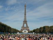 Die Proteste in Frankreich verärgern zunehmend auch die Touristen - ausser etlichen Museen schliesst am Samstag auch der Eiffelturm. (Bild: KEYSTONE/AP/CHRISTOPHE ENA)