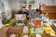 Felix Boekamp und Ilija Lazarević in der Stube des Atelierhauses mit ihren Künstlerkrippen. (Bild: Hanspeter Schiess)