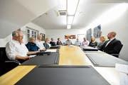Die Behördenmitglieder der Primar- und Sekundarschule Kreuzlingen besprechen sich mit Christoph Tobler (Mitte), der die Untersuchungskommission leitet. (Bild: Donato Caspari)