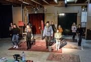 Theatermacher Oliver Kühn (Mitte) probt mit Nachwuchsschauspielern sein neues Stück «D'Familie Addams». (Bild: Blindtext Blindtext Blind Blind Blindtext)