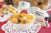 Frittierte Teigbällchen, in Honig gewendet und verziert: Struffoli aus Neapel.