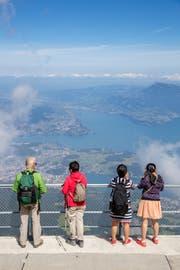Touristen betrachten auf Pilatus Kulm das Panorama. (Bild: Philipp Schmidli (Pilatus Kulm, 22. August 2017))