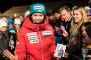 Kam mit reichlich Autogrammkarten nach St. Moritz: Michelle Gisin am Freitagabend bei der Startnummern-Auslosung. (Bild: Jean-Christophe Bott/Keystone (St. Moritz, 7. Dezember))