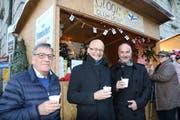 «Kippis» mit einem «Glögi»: SVFF-Präsident Hansueli Scherrer (links), Botschafter Timo Rajakangas und Stadtrat Daniel Meili.Bild: Hans Suter