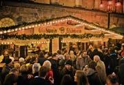 Glühwein-und Imbissbuden sind beliebte Treffpunkte auf dem Weihnachtsmarkt. (Bild: Alamy)