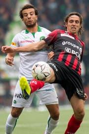 Das erste Spiel gegen Xamax gewann St.Gallen in Neuenburg nach einem 0:1-Rückstand mit 3:2. Im Bild Nicolas Lüchinger (links) gegen Geoffrey Tréand. Bild: Laurent Gillieron/KEY (Neuenburg, 2. September 2018)