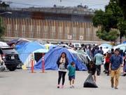 Rekordverdächtige 51'800 Flüchtlinge sind im November an der Grenze zwischen den USA und Mexiko am illegalen Grenzübertritt gehindert worden. Viele von ihnen sind in Tijuana gestrandet. (Bild: KEYSTONE/EPA EFE/ALEJANDRO ZEPEDA)