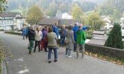 Aus dem Dorfrundgang in Necker wurde, anders als geplant, ein geselliger Begegnungsanlass. (Bild: PD)
