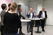 Reto Ammann (2. v. r.) diskutiert mit Vertretern der Fachhochschulen, die Diskussionsrunde leitet Matthias Mölleney (r.). (Bild: Barbara Hettich)