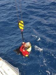 Susie Goodall bei ihrer Rettung durch ein Frachtschiff. (Bild: EPA/CHILEAN NAVY HANDOUT (Chile, 7. Dezember 2018))