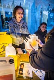 Die Schüler verkaufen gebastelte Artikel. (Bild: Andrea Stalder)