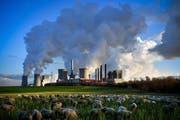 Dampf kommt aus dem mit Braunkohle betriebenen Kraftwerk Neurath in Bergheim (D). (Bild: EPA)