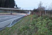 Das Unfallauto kam rechts neben der Leitplanke der A2 zum Stillstand. (Bild: Luzerner Polizei)
