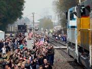Zahlreiche Menschen säumten die Strecke des Zuges, mit dem der unlängst verstorbene US-Präsident Bush senior am Donnerstag an seine letzte Ruhestätte transportiert wurde. (Bild: KEYSTONE/AP POOL/DAVID J. PHILLIP)