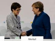 Die alte und die neue Parteichefin der CDU. Annegret Kramp-Karrenbauer (links) übernimmt das Zepter von Angela Merkel (Bild: KEYSTONE/EPA/FOCKE STRANGMANN)