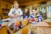 Elena Zuckschwerdt, Laura und Melina Eberle basteln für den Weihnachtsmarkt. Das Geld der dort verkauften Produkte spenden sie eine Tierschutzorganisation.(Bild: Donato Caspari)