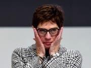 Annegret Kramp-Karrenbauer, die zu Tränen gerührte neue CDU-Chefin nach der spannenden Wahl am Parteitag in Hamburg. (Bild: KEYSTONE/EPA/CLEMENS BILAN)