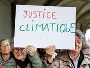 Mitglieder des Vereins KlimaSeniorinnen versuchen auf juristischem Weg weitreichendere Massnahmen zur Reduktion der Treibhausgasemissionen zu erwirken. (Bild: KEYSTONE/PETER KLAUNZER)