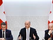 Gleich drei Mitglieder des Bundesrates haben das Ergebnis der Verhandlungen mit der EU zu einem Rahmenabkommen erläutert: Aussenminister Ignazio Cassis, Bundespräsident Alain Berset und Finanzminister Ueli Maurer (von links). (Bild: KEYSTONE/EPA KEYSTONE/PETER KLAUNZER)