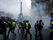 Der französische Premierminister Edouard Philippe will nach den jüngsten Ausschreitungen in Paris Gespräche mit den Demonstranten der Gelbwesten-Bewegung führen. (Bild: KEYSTONE/AP/RAFAEL YAGHOBZADEH)