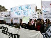 Hunderte Migrantinnen und Migranten protestierten am Samstag auf dem Berner Bundesplatz gegen Ausschaffungen. (Bild: KEYSTONE/ANTHONY ANEX)