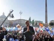 «Nur geschlossen können wir siegen»: Der italienische Innenminister Matteo Salvini am Samstag an einer Pro-Regierungsdemonstration in Rom. (Bild: KEYSTONE/AP/GREGORIO BORGIA)