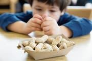 Erdnüsse sollten ausserhalb der Reichweite von kleinen Kindern sein. (Bild: Getty)