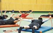 Der Trainer (im roten T-Shirt) macht's vor, die Spieler machen es nach: Tim Zollers Training ist schweisstreibend, doch die Mannschaft ist begeistert davon. (Bild: Remo Zollinger)