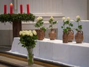 Wasserkrüge und weisse Rosen als Symbol für die sieben Opfer der Brandtragödie in Solothurn: 800 Menschen nahmen an einem Gedenkanlass in der St. Ursen-Kathedrale teil. (Bild: KEYSTONE/MARCEL BIERI)
