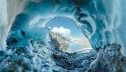 Der Tiefengletscher im Furkagebiet, von innen heraus fotografiert, ziert das Juli-Bild des Kalenders. (Bild: Kurt Baumann)