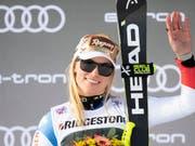 Lara Gut-Behrami winkt vom Super-G-Podest in St. Moritz (Bild: KEYSTONE/GIAN EHRENZELLER)